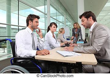 sílla de ruedas, oficina, trabajando, hombre