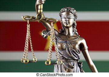 símbolo, de, ley, y, justicia, con, surinam, flag., cierre, arriba.
