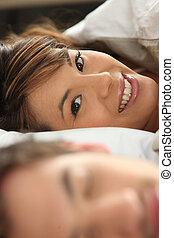 sócio, mulher sorridente, cama, dela