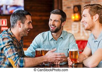 sör, bár, ülés, férfiak, három, együtt, fiatal, beszéd, időz...