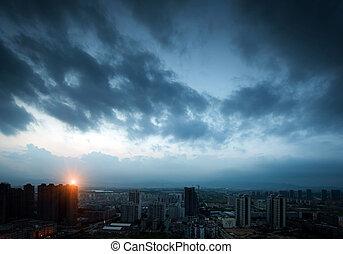 sötét felhő, közül, night., város