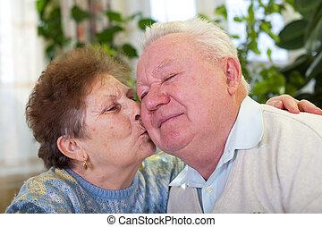 söt, äldre koppla, kyssande