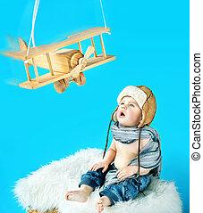 söt, baby pojke, med, en, årgång, leksak hyvla