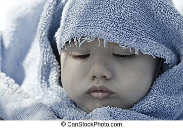 söt, baby vett, vecklade i handduk