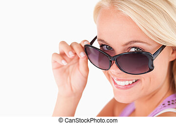 söt, dam, kika, över, henne, solglasögon