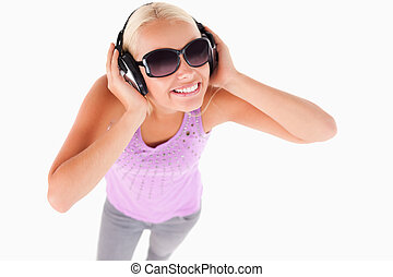 söt, dam, med, solglasögon, och, hörlurar