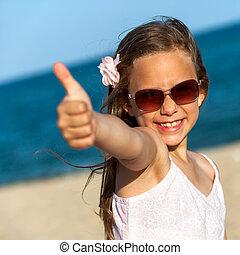 söt, flicka, visande, tummar uppe, på, strand.