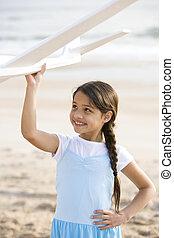söt, hispanic, flicka, leka, med, leksak hyvla, på, strand
