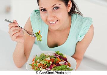 söt, kvinna ätande, ung, sallad