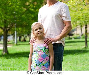 söt, liten flicka, med, henne, fader, in, a, parkera