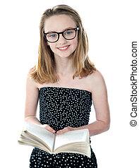 söt, liten flicka, stående, med, en öppen bok