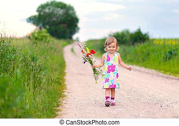 söt, liten flicka, vandrande, vägen, med, blomstrars bukett
