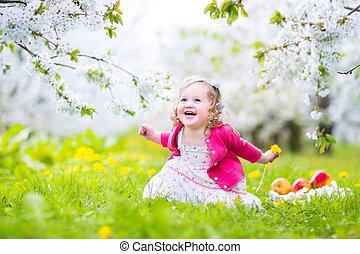 söt, liten knatte, flicka, ätande äpple, in, a, blomning,...