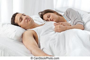 söt, par, säng, sova, deras, tillsammans