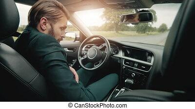 sûr, homme affaires, avant, conduite, mûrir, ceinture, fermeture