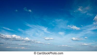 słońce z chmurami, w, błękitne niebo