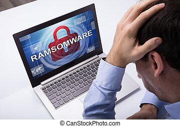 słowo, laptop, patrząc, biznesmen, ramsomware, ekran