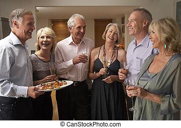 służąc, d'oeuvres, hors, jego, goście, obiadowa partia, człowiek