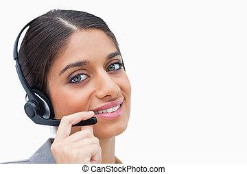 słuchawki, środek, jej, przedstawiciel, rozmowa telefoniczna, uśmiechanie się