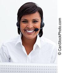 słuchawki, środek, uśmiechanie się, rozmowa telefoniczna, kobieta interesu