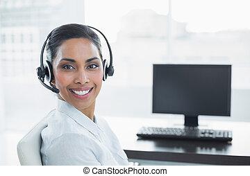 słuchawki, chodząc, uśmiechanie się, zadowolenie, przedstawiciel