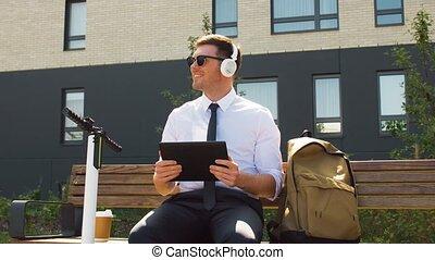 słuchawki, pastylka pc, biznesmen, hulajnoga