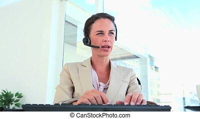 słuchawki, pracujący, rozmawianie, kobieta interesu