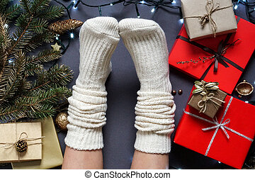 s, dziewczyna, sosna, pakowanie, feet, ciepły, wstążka, dar, gałęzie, skarpety, materiały, poprowadzony, girlanda, kasownik, kabiny, stożek