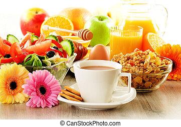 sałata, rogalik, kawa, sok, muesli, śniadanie, jajko