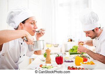 saboreo, chef joven, atractivo, profesional, salsa
