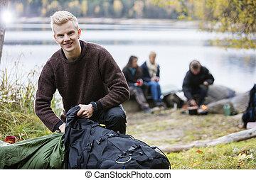 sac à dos, déballage, jeune, camping, homme