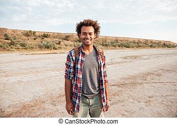 sac à dos, jeune, américain, homme africain, heureux