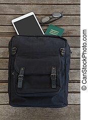 saco, com, passaporte, espetáculos, e, tablete digital, ligado, prancha madeira