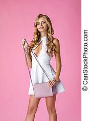 sacola branca, vestido cor-de-rosa, mulher, couro, segurando