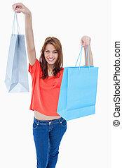 sacolas, adolescente, shopping, dela, ar, menina sorri, levantamento
