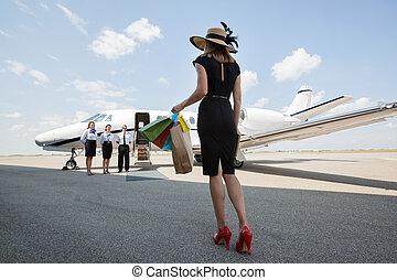 sacolas, andar, shopping mulher, jato, privado, enquanto, carregar, direção