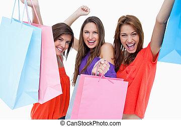 sacolas, compra, jovem, elevando, seu, mulheres