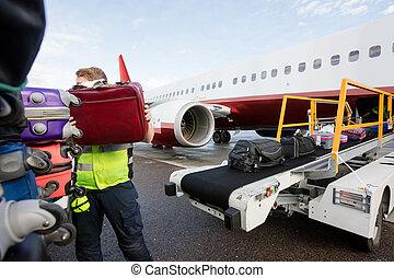 sacolas, empilhando, pista decolagem, membro, reboque, chão