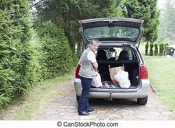sacolas, mulher sênior, levantamento, car