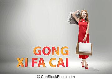 sacolas, shopping mulher, chinês, tradicional, segurando, sorrindo, vestido