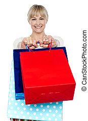 sacolas, shopping mulher, dela, braços, segurando, estendido