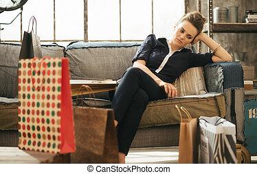 sacolas, shopping mulher, sótão, cansadas, sentando, sofá,...