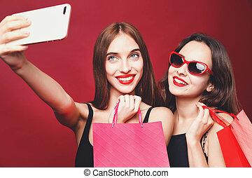 sacolas, shopping, selfie, dois, namoradas, papel, segurando, fazer