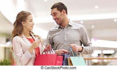 sacs, achats, couple, jeune, centre commercial, heureux