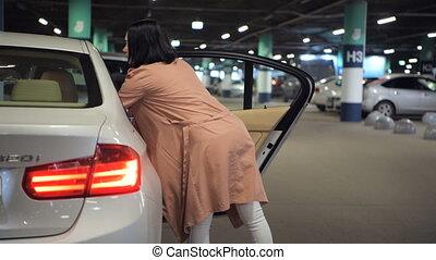 sacs, achats femme, elle, voiture, souterrain, centre commercial, stationnement, mettre, siège arrière