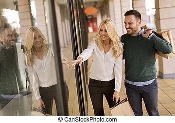 sacs, achats, ville, couple, jeune, portrait