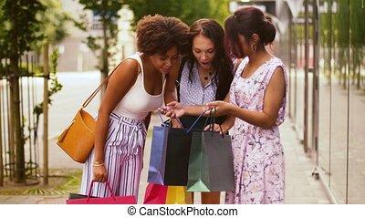 sacs, achats, ville, projection, femmes, heureux