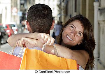 sacs, embrasser, achats, couple, rue, jeune