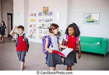 sacs, gosses école, groupe, marche, gai, petit, corridor.