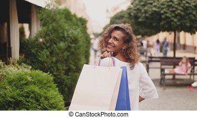 sacs, marche, achats femme, dos, jeune, rue, élégant, vue